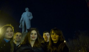 Donetsk-girls-by-Lenins-statue-300x176